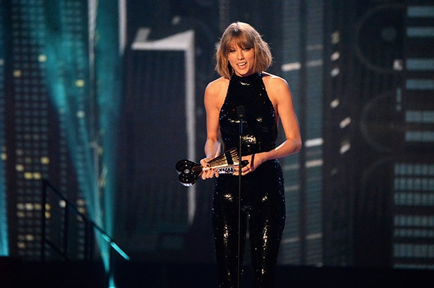 original_iheartradio-awards-Taylor-accects-award-04-2016-billboard-650